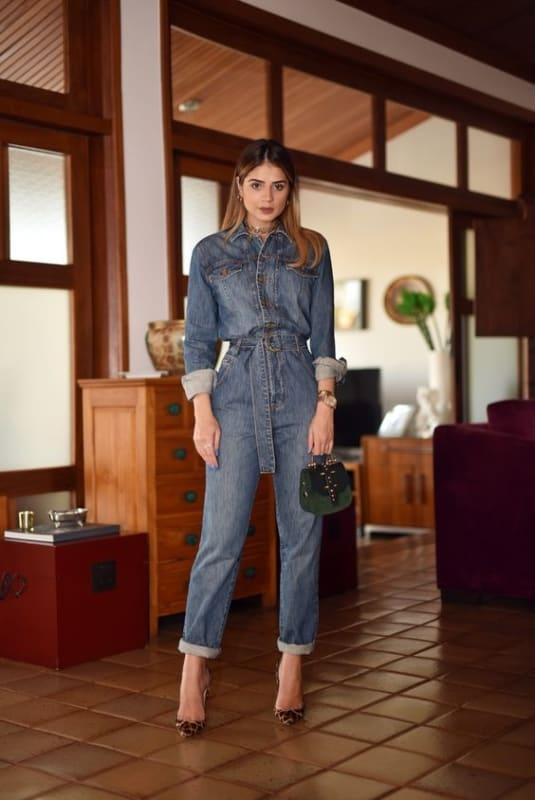 look macacão jeans com scarpin de oncinha