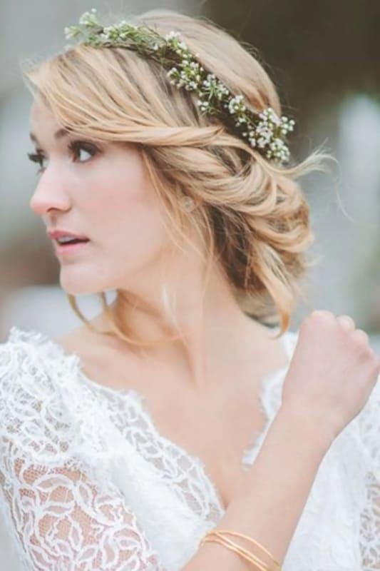 noiva com cabelo preso e tiara de flores naturais