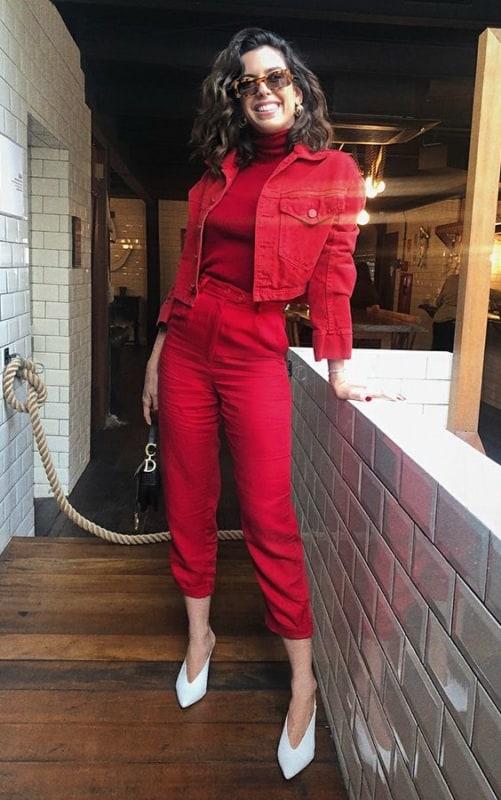 look monocromático vermelho com jaqueta