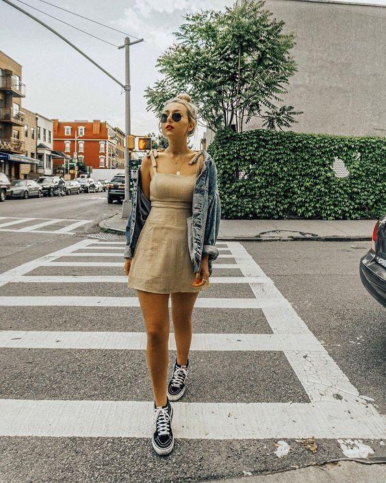 look tumblr vestido com jaqueta jeans
