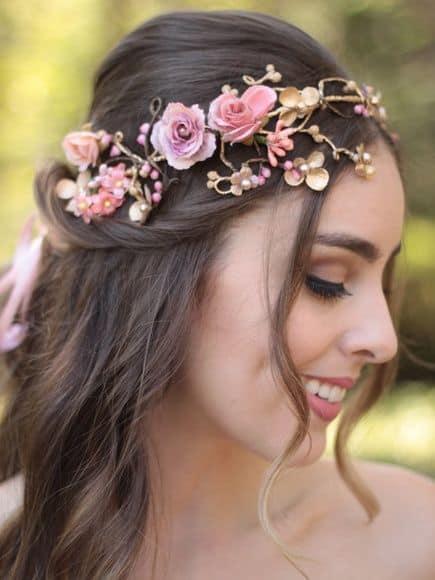 noiva com tiara de flores artificiais