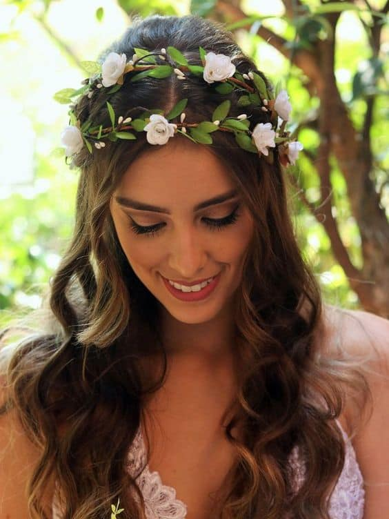 noiva com cabelo solto e tiara dupla de flores artificiais