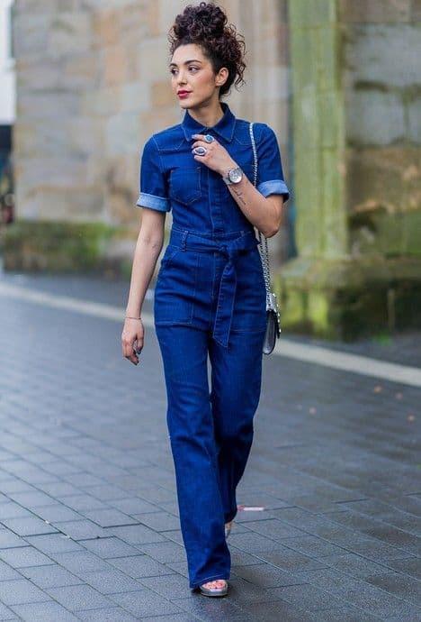 look com macacão jeans escuro