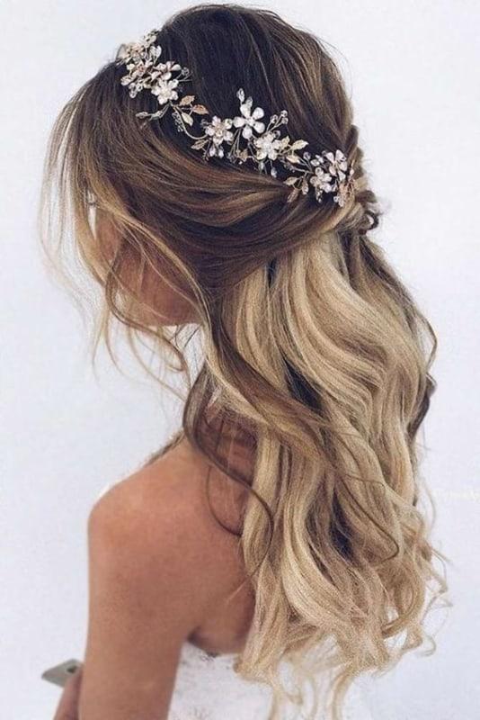 noiva com tiara de flores em metal e com pedras