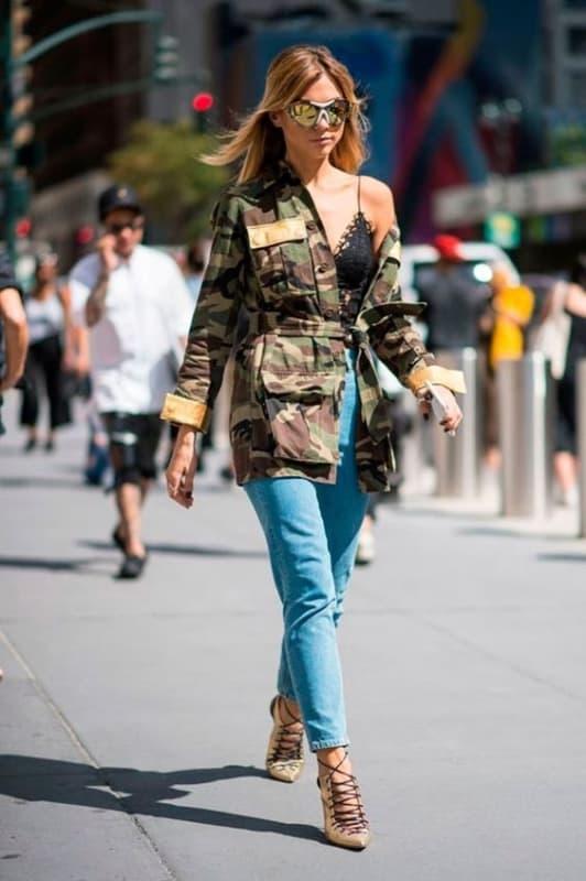 look parka militar camuflada com calça jeans