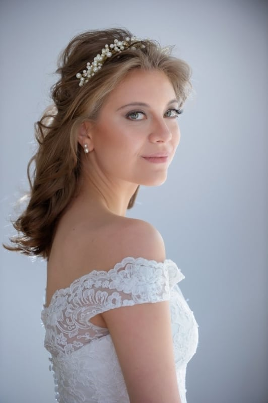 noiva com penteado semi preso e tiara de pérola