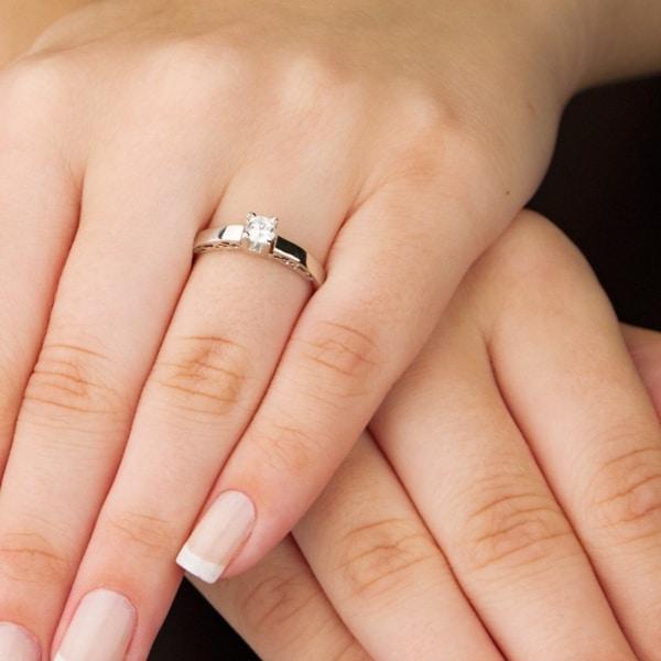 anel de noivado em ouro branco e com diamante