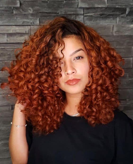 cabelo cacheado ruivo e com raiz escura