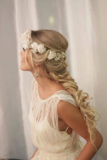 noiva com tiara de flores brancas