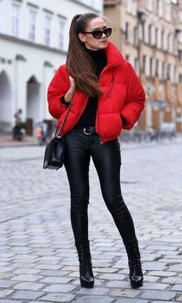 look de inverno em preto e vermelho
