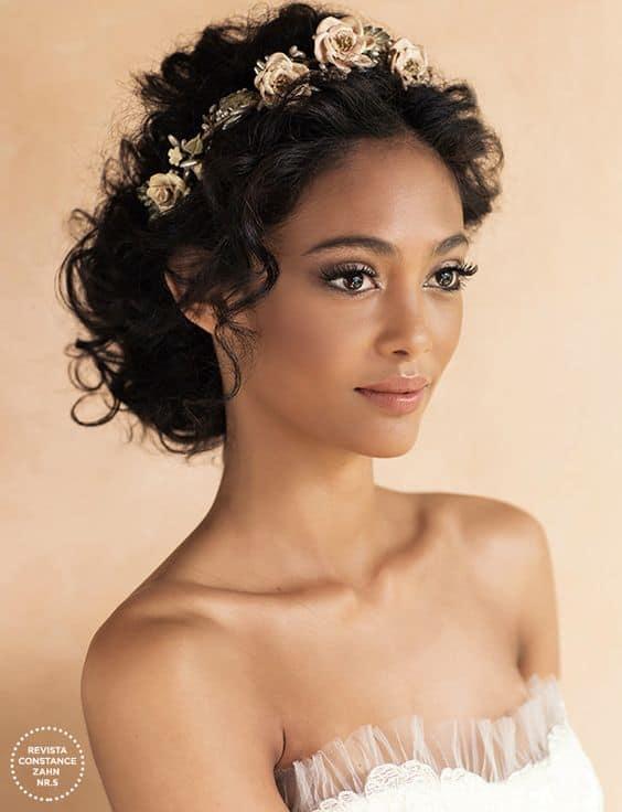 noiva de cabelo cacheado com tiara de flores