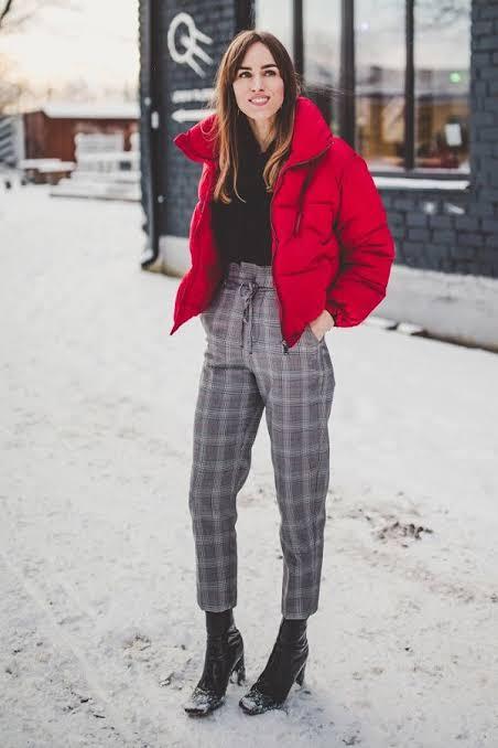 look de inverno com jaqueta vermelha