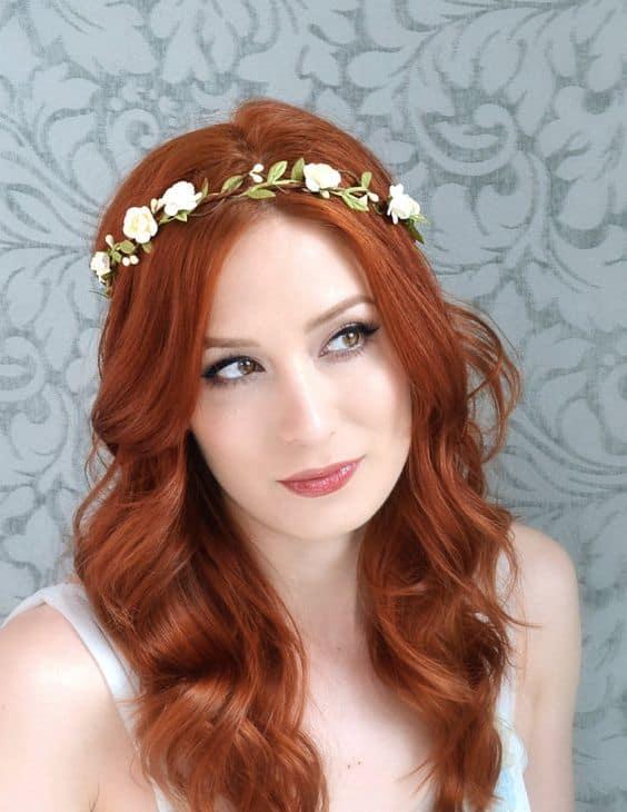 noiva com cabelo solto e tiara de flores