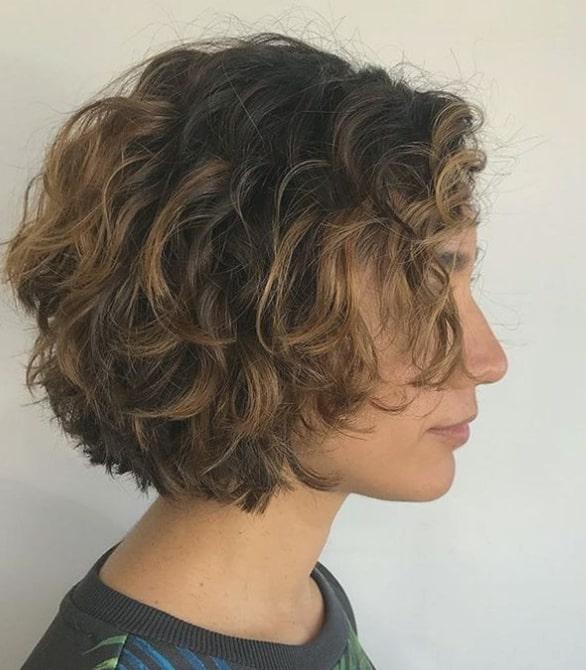cabelo ondulado com pontas desfiadas e luzes
