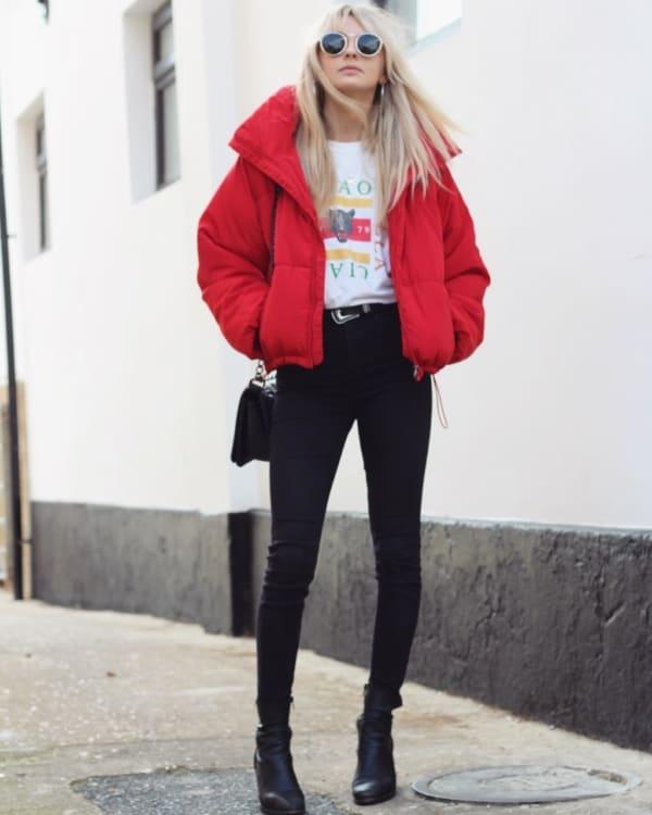 look de inverno com jaqueta vermelha e calça preta
