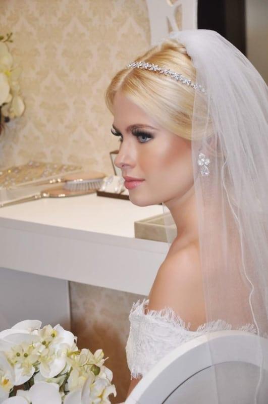 noiva com véu e tiara de zircônia