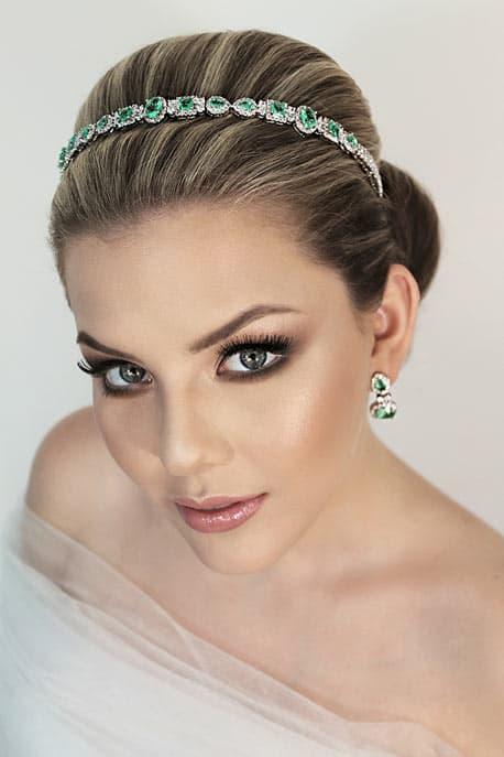 noiva com tiara delicada de pedras verdes