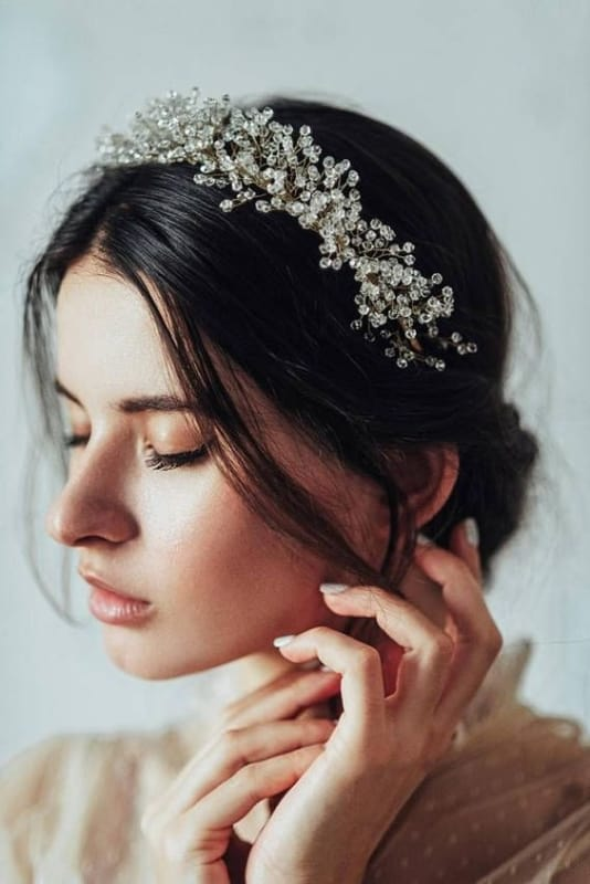 noiva com tiara de cristais