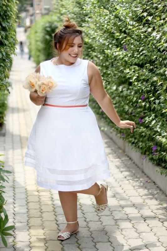 noiva plus size com vestido branco para casamento civil