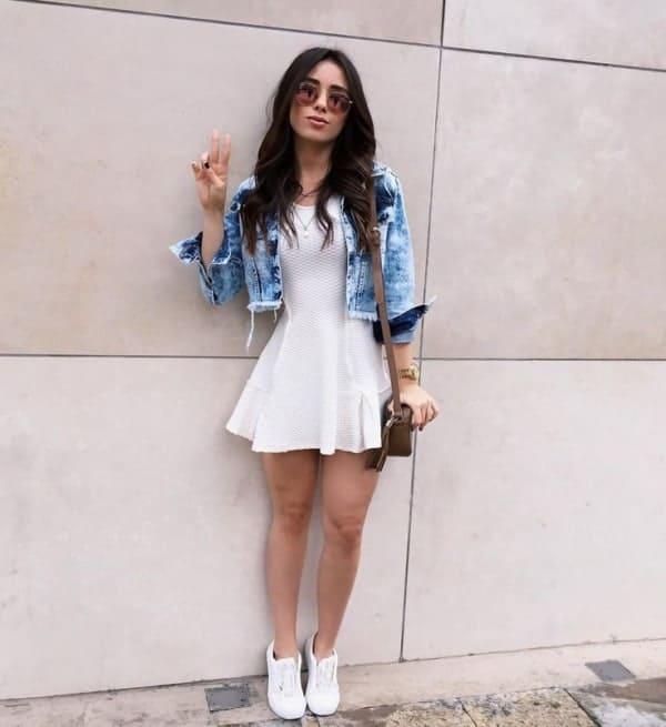 look tumblr com vestido branco e jaqueta jeans