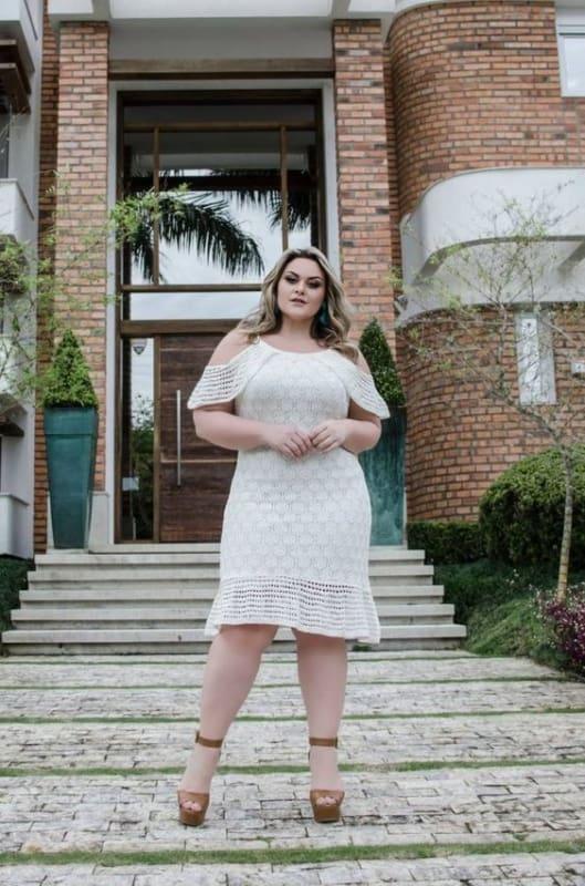 noiva plus size com vestido curto de decote ciganinha