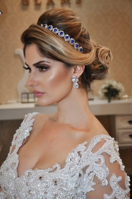 noiva com tiara de pedras azul