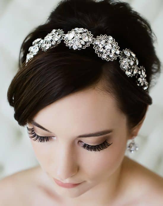 noiva com tiara de pedras incolores