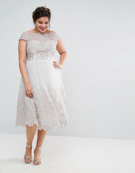 noiva plus size com vestido de renda para casamento civil