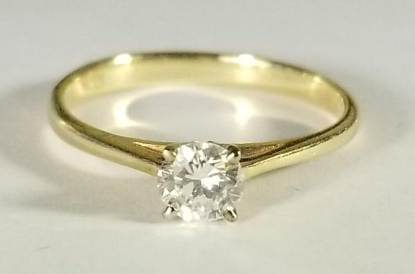 anel de diamante em ouro amarelo