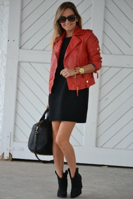 look vestido preto com jaqueta de couro