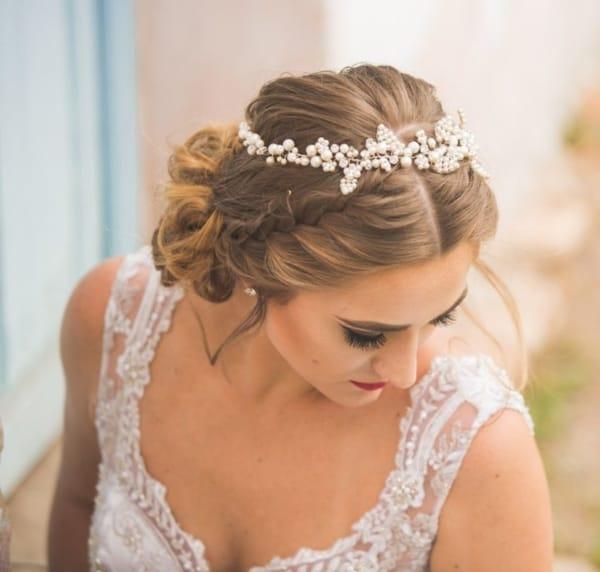 noiva com penteado com trança e tiara de pérolas