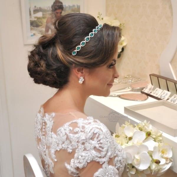 noiva com tiara de pedras e cabelo preso