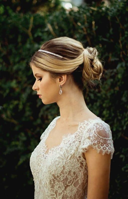 noiva com cabelo preso com coque e tiara delicada e fina