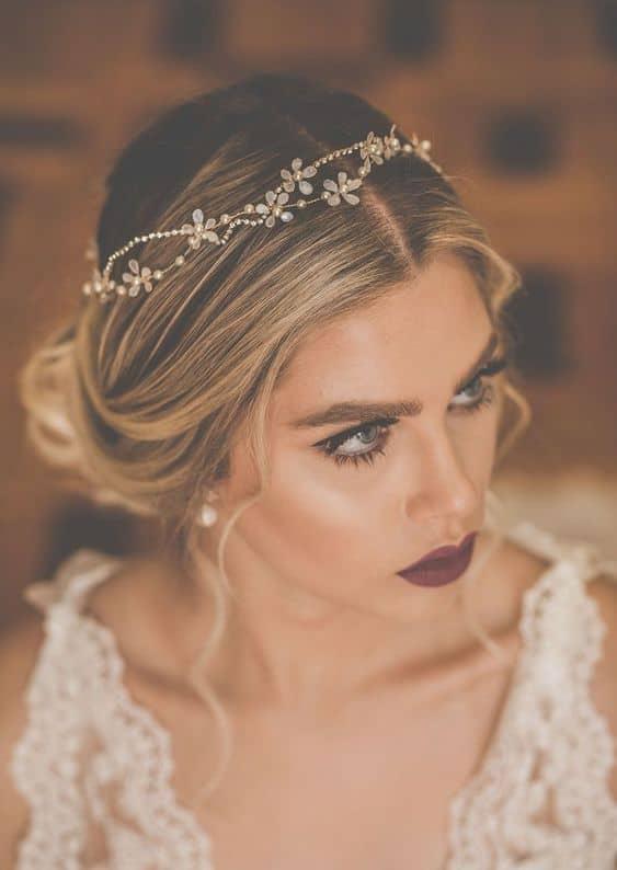 noiva com penteado preso e tiara fina e delicada