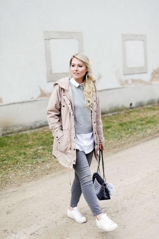 look de inverno com parka rosa e tênis branco