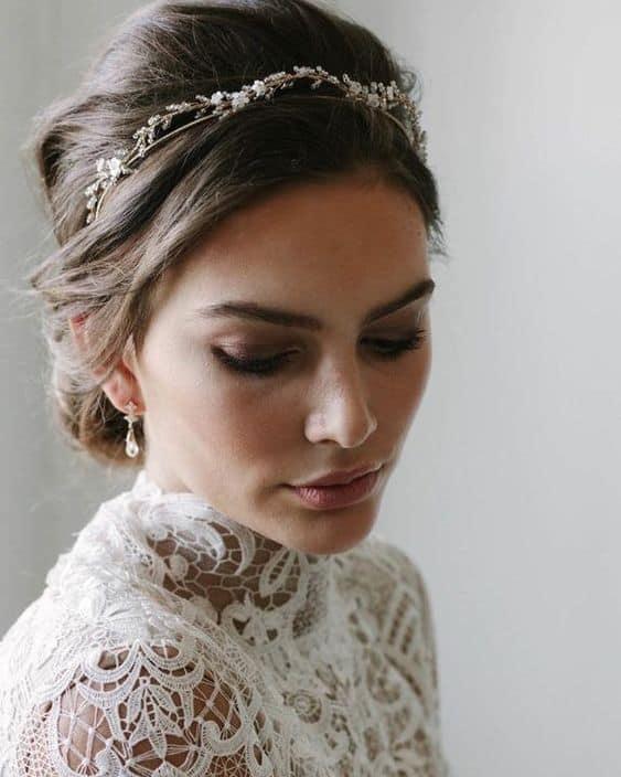 noiva com penteado preso despojado e tiara delicada