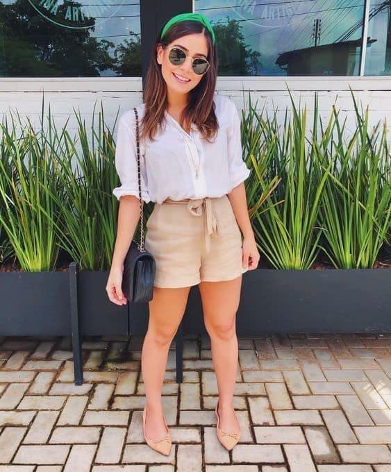 look verão com short e sapatilha