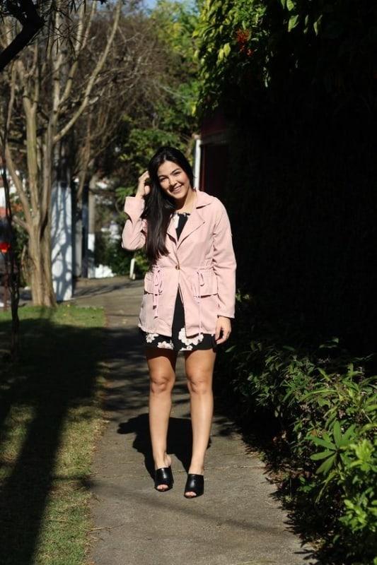 look com vestido e casaco rosa
