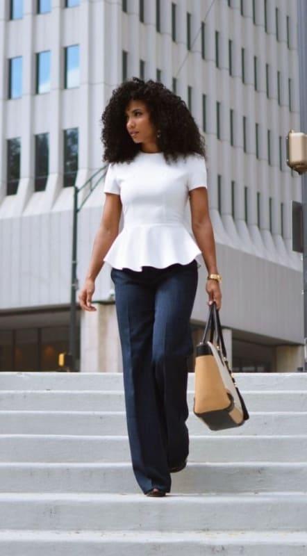 look formal com calça de alfaiataria azul marinho e blusa branca