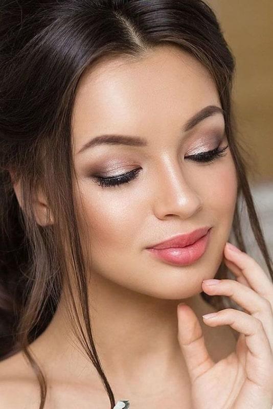 maquiagem delicada e com batom claro para noiva