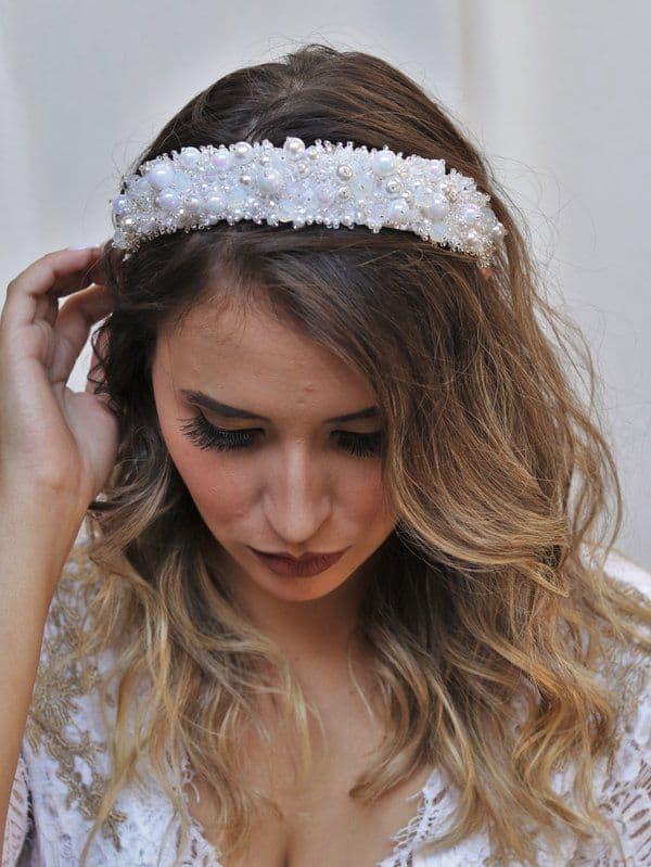 noiva com tiara larga de pérolas