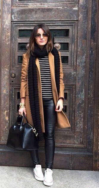 look de inverno com casaco e tênis