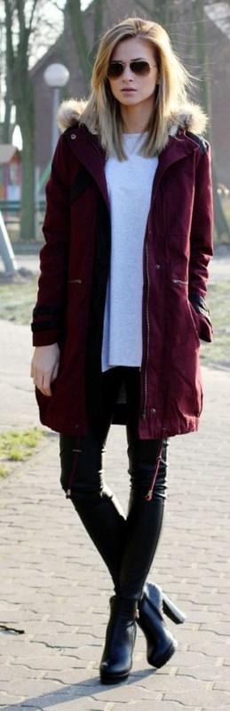 look de inverno com parka vinho e bota preta
