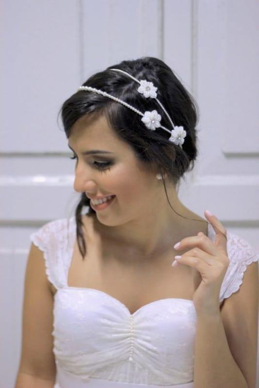 noiva com tiara dupla com flores brancas