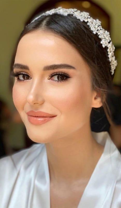 maquiagem delicada e com batom nude para noiva