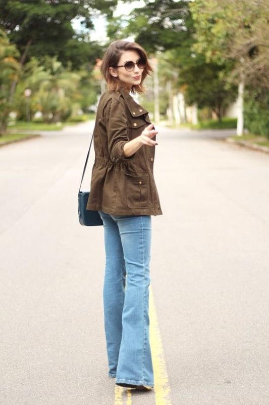 look feminino com calça jeans e parka marrom