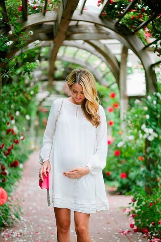 noiva grávida com vestido de manga longa