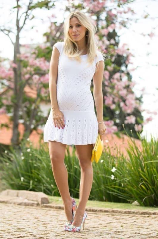 gestante com vestido curto para casamento civil