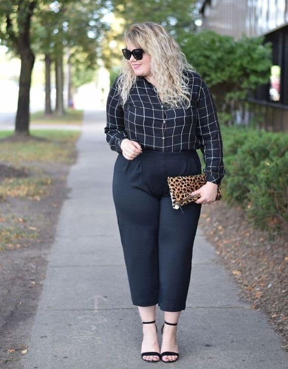 look plus size com calça social preta com camisa