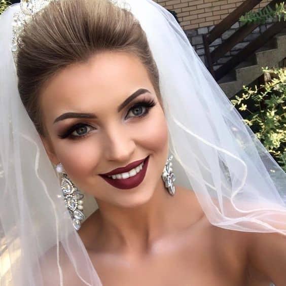 maquiagem de noiva com batom vermelho escuro